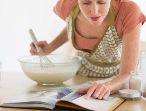 Femme en train de cuisiner