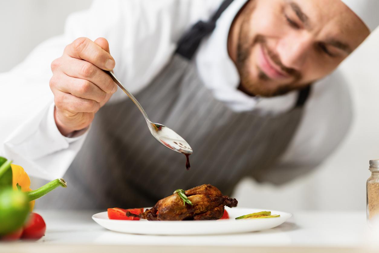 Un cuisinier dressant son plat