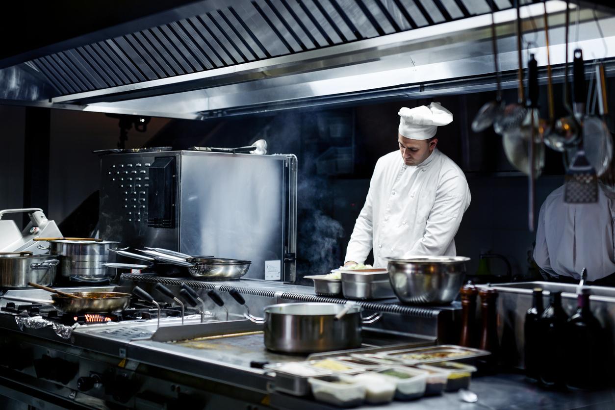 Un cuisinier dans sa cuisine professionnelle